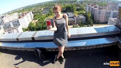 Родители были дома, поэтому русская парочка трахнулась на крыше