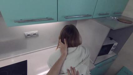 Пока родители спят, трахаюсь со своей девушкой на кухне