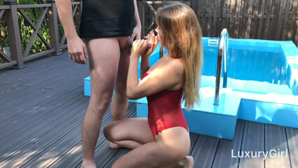 Выебал в рот до слез красивую русскую девушку возле бассейна